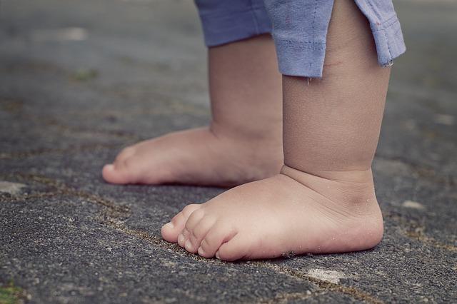 同じ姿勢でいる人は脚がむくみやすい。むくみを解消する毎日のちょっとしたケア